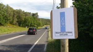 L'un des panneaux laissés afin de signaler les multiples dangers que représente actuellement ce tracé pour les cyclistes